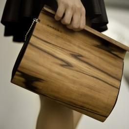 Kabelka z kůže a dřeva (náhled)