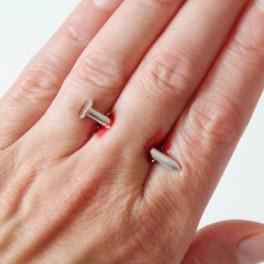 Hřebík skrz prst (náhled)